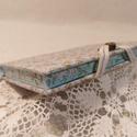 A/6 Világoskék virágmintás metszésesfestett napló, Méretek: 10 x 14cm, 200 oldal. Halvány kék szí...