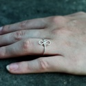 Ezüst végtelen, Ékszer, Gyűrű, Vékony ezüstszínű drótból készült gyűrű, mely a végtelenség jelét formázza. 59-es mér..., Meska