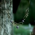 Bronz nyaklánc lila gyöngyökkel, Ékszer, óra, Nyaklánc, Ékszerkészítés, Bronzszínű drótból készült nyaklánc lila gyöngyökkel díszítve. A nyaklánc 47,5 cm hosszú, a kapoccs..., Meska