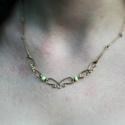 Bronz nyaklánc zöld gyöngyökkel, Ékszer, óra, Nyaklánc, Bronzszínű drótból készült nyaklánc zöld gyöngyökkel díszítve. A nyaklánc 46,5 cm hossz..., Meska