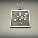 Koffein molekula medál, Koffein molekula medál ezüstből.  A képen lát...