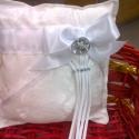 Fehéren ragyogás gyűrűpárna, Dekoráció, Esküvő, Otthon, lakberendezés, Gyűrűpárna, ...és hogy mi ragyog a fehér,virágos,nyomottmintás szatén gyűrűpárnán? Egy szép nagy masni..., Meska