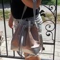 Gotta Bucket Bag - Ezüst és metálfényes lazac textilbőr , Táska, Válltáska, oldaltáska, Ezüst és metálfényes lazac színű textilbőrből készítettem ezt a fiatalos táskát. Méretei: magassága ..., Meska