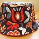 Vidám nyári kalap, Ruha, divat, cipő, Kendő, sál, sapka, kesztyű, Sapka, Varrás, Élénk mintás erős vászonból bélelt vidám nyári kalap. Belsejét jó minőségű, piros színű vászonnal b..., Meska