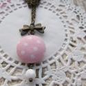 Pöttyös gomb nyaklánc, Ékszer, Esküvő, Nyaklánc, Esküvői ékszer, Csinos, romantikus stílusú textillel bevont gomb nyaklánc, amelyt műanyag gomb, világos rózsas..., Meska