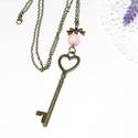 Vintage kulcs , Ékszer, Karkötő, Antikolt bronz nyaklánc,nagy méretű vintage kulcs medállal. A nyakláncot egy rózsaszín ásvány gyöngy..., Meska