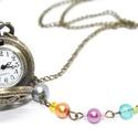 Vidám vintage nyaklánc óra, Ékszer,  Antikolt bronz színű vintage zsebóra, színes gyöngyökkel, virágmintás előlappal.   az óra átmérője ..., Meska