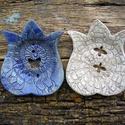 AKCIÓ!!! Tulipán alakú szappantartók , Szépségápolás, Esküvő, Magyar motívumokkal, Fürdőszobai kellék, Kerámia,    .Fehérre égő agyagból készítettem ezt a  két aprócska szappantartót...A máz antikolt kék,repeszt..., Meska