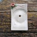 AKCIÓ!! Rózsás szappantartó, Szépségápolás, Fürdőszobai kellék, Kerámia, Fehérre égő agyagból készítettem ezt a rózsás szappantartót..A máz egészen halvány,töredezett,kopot..., Meska