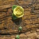 Sárga rózsás nyaklánc., Ékszer, óra, Nyaklánc, Ékszerkészítés, Kerámia, Fehérre égő agyagból rózsát formáztam.Égettem ,mázaztam,majd újra égettem. A rózsa 4,5 x 4 cm, 2,5 ..., Meska