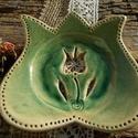 Tulipán formájú szappantartó., Szépségápolás, Fürdőszobai kellék, Fehérre égő   agyagból készült szappantartó. Kétszer égetett, antikolt zöld   mázas kerá..., Meska