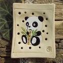 Pandás  szappantartó, Otthon & lakás, Táska, Divat & Szépség, Lakberendezés, Szépség(ápolás), Fürdőszobai kellék, Fehérre égő agyagból készítettem ezt a szappantartót. A pandát belekarcoltam a nyers agyagba. Csak a..., Meska