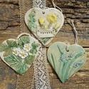 Tavaszi kopogtatók, Dekoráció, Otthon, lakberendezés, Falikép, Fehérre égő agyagból készítettem ezeket a szív alakú táblákat.Kopott,régies hatásúak. Apró ajándék l..., Meska