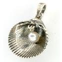 Kagyló medál gyönggyel, Ékszer, Medál, A díszítmény mérete: 21 x 22 mm. Alapanyaga: ezüst 925. A medál modelljeként valódi szívkagylót hasz..., Meska