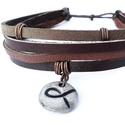 Bőr karkötő kerámia medállal, Ékszer, óra, Karkötő, Ezt a karkötőt valódi bőr csíkokból, saját készítésű egyedi kerámia medálból, valamint..., Meska