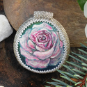 Kézzel festett egyedi kavics Gyöngykeretben - Rózsa, Képzőművészet, Ékszer, óra, Festmény, Festmény vegyes technika, Festészet, Gyöngyfűzés, Gyönyörű festett kavics medál eladó, gyöngykeretbe foglalva. A gyöngykeretet magam készítettem Peyo..., Meska