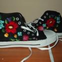 hímzett cipő , Ruha, divat, cipő, Képzőművészet, Cipő, papucs, Hímzés, kalocsai hímzésű tornacpő új kért méretben elkészitem, Meska