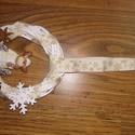 Karácsonyi szett ajtódísz asztaldísz kopogtató, Dekoráció, Ünnepi dekoráció, Karácsonyi, adventi apróságok, Karácsonyi dekoráció, Virágkötés, Mindenmás, 15 cm-es vessző koszorú alapra készített ajtódísz, rénszarvas figurával. Hozzá illő, azonos szalagg..., Meska