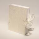 Esküvői vendégkönyv, fotóalbum, emlékkönyv esküvőre, gyűrt selyem, kopt fűzésű 'Hófehér esküvő', Naptár, képeslap, album, Esküvő, Nászajándék, Kopt fűzésű esküvői vendégkönyv, emlékkönyv és fotóalbum egyben. Lapjaira írni is lehet,..., Meska