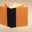 Napló, emlékkönyv, jegyzetelő üres lapokkal. Kemény borító, narancssárga mintás, fekete vászon gerinc, Naptár, képeslap, album, Baba-mama-gyerek, Jegyzetfüzet, napló, Kézzel fűzött napló, jegyzetelő, emlékkönyv üres lapokkal.  A kemény könyvborító bézs alapon narancs..., Meska