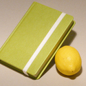 Napló, emlékkönyv, jegyzetelő üres lapokkal, gumival. Kemény borító, zöld műbőr, Naptár, képeslap, album, Jegyzetfüzet, napló, Könyvkötés, Papírművészet, Kézzel fűzött napló, jegyzetelő, emlékkönyv üres lapokkal.  A kemény könyvborító banánzöld, sárgász..., Meska