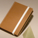 Napló, emlékkönyv, jegyzetelő üres lapokkal, gumival. Kemény borító, barna műbőr, Naptár, képeslap, album, Jegyzetfüzet, napló, Könyvkötés, Papírművészet, Kézzel fűzött napló, jegyzetelő, emlékkönyv üres lapokkal.  A kemény könyvborító barna műbőr, gumis..., Meska