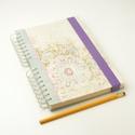 Virágmotívumos, pasztellszínű spirálfüzet kemény borítóval, spirálozott jegyzetfüzet, notesz lila gumival, Naptár, képeslap, album, Jegyzetfüzet, napló, Virágmotívumos, pasztellszínű spirálfüzet kemény borítóval, finom színekkel készült spirálozott jegy..., Meska