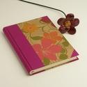 Élénk színű A5 napló, emlékkönyv, jegyzetelő sima lapokkal. Virágos papír kemény borító, pink vászon gerinc, sarkok