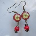 Gyöngyvessző virágos fülbevaló, Ékszer, Fülbevaló, Vidám, piros színű lógós fülbevaló, 4 cm hosszú.Műgyantából készült, préselt gyöngyvessző virággal. ..., Meska