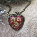 Gyöngyvessző virágos medál, Ékszer, Medál, Nyaklánc, Bájos, kicsi, szív alakú medál, meleg piros színben.Műgyanta és préselt virág felhasználásával készü..., Meska