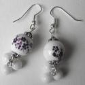 Lila szeder, Ékszer, Fülbevaló, Lila virágmintás és kis, fehér porcelán gyöngyökből készült a fülbevaló.  Hossza: 5 cm, Meska