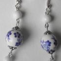 Kék bogyó fülbevaló, Ékszer, Fülbevaló, Kék virágmintás és kis, fehér porcelán gyöngyökből készült a fülbevaló.  Hossza: 6 cm, Meska