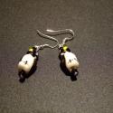 Porcelán pingvin fülbevaló, Ékszer, Fülbevaló, Pingvin formájú porcelán gyöngyből készitett fülbevaló, ezüst szinű szereléken. Alul és ..., Meska