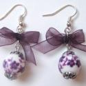 Deep purple - Lila fülbevaló masnival, Ékszer, Fülbevaló, Fehér alapon lila virágmintás porcelán gyöngyből készült romantikus fülbevaló, lila szaté..., Meska