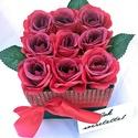 Vörös selyemrózsák ragyogó köntösben, Anyák napja, Dekoráció, Otthon, lakberendezés, Elegáns ajándék bármilyen alkalomra ez az élethű selyemrózsából készült virágdoboz. 9 sz..., Meska