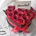 Szenvedélyes selyemrózsa szív, Szerelmeseknek, Otthon, lakberendezés, Dekoráció, Anyák napja, Fejezd ki szerelmedet vörös selyemrózsa boxszal! A hatás garantált! 16 szál rózsát tartalmaz fekete ..., Meska