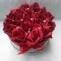 Tűzpiros rózsadoboz, 18 szálas, Anyák napja, Szerelmeseknek, Esküvő, Dekoráció, Elegáns, mint a vörös bársony. 18 szál tűzpiros habrózsa, szívecskés dobozban, kövekkel díszítve.  L..., Meska