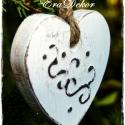 Vintage festett fa szív, Dekoráció, Karácsonyi, adventi apróságok, Ünnepi dekoráció, Karácsonyfadísz, Ez a csomag 10 darab antikolt fehér,    fa szívet  tartalmaz. Egyik oldalukon festett motívumokkal. ..., Meska