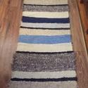 kék csíkos szőrös szőnyeg, Otthon, lakberendezés, Lakástextil, Falvédő, Szőnyeg, Kék és árnyalatai, sokféle színű csíkok. Vastag szőrös anyagból készült. Hagyományosan kézi szövőszé..., Meska