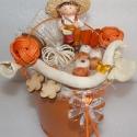 Kalapos kisfiús asztali dísz vödör alappal, Dekoráció, Otthon, lakberendezés, Dísz, Asztaldísz, Virágkötés, Virágmintás fém vödör alapra készült kalapos kisfiús asztali dísz. Száraz virágokkal, termésekkel, ..., Meska