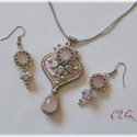 Rózsaszín hímzett Swarovski szett, Ékszer, Esküvő, Ékszerszett, Esküvői ékszer, Gyöngyhímzéssel készült nyaklánc és gyöngyfűzött fülbevaló Swarovski kristályokkal. A medál hátoldal..., Meska