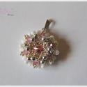 Rózsaszín - fehér gyöngyfűzött medál Swarovskival, Esküvő, Ékszer, Medál, Esküvői ékszer, Gyöngyfűzés, Gyöngyfűzéssel készült medál Swarovski kristályokkal. Átmérője 2,5 cm, a szivárvány minden színében..., Meska