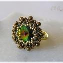 Zöld - barna - arany gyűrű Swarovskival, Ékszer, Ruha, divat, cipő, Esküvő, Gyűrű, Gyöngyfűzéssel készült gyűrű, a közepén kerek Swarovski kő található. A dísz átmérője 2,5 cm, a fémk..., Meska