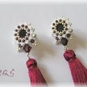 Bordó - fehér bedugós bojtos fülbevaló, Esküvő, Ékszer, Ruha, divat, cipő, Fülbevaló, Gyöngyfűzés, Gyöngyfűzéssel készült bedugós fülbevaló Swarovski kristályokkal (szín: burgundy) és bojtokkal. Hos..., Meska