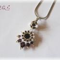 Fehér - ezüst - bordó Swarovski fülbevaló, Ékszer, Esküvő, Nyaklánc, Esküvői ékszer, Gyöngyfűzés, Gyöngyfűzéssel készült medál Swarovski kristályokkal (szín: burgundy). A dísz mérete 3,5 x 2 cm, ro..., Meska