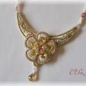 Bézs virágos nyaklánc, Esküvő, Ékszer, Nyaklánc, Esküvői ékszer, Gyöngyhímzett virágos nyaklánc Swarovski kristályokkal. A lánc része gyöngyfűzéssel készült, bősége ..., Meska