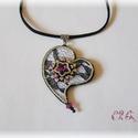 Fekete-fukszia-ezüst szív nyaklánc, Ékszer, Szerelmeseknek, Nyaklánc, Medál, Gyöngyhímzéssel készült csipkés szív medál fekete bőrszálon Swarovski kristályokkal ( szín: fuchsia)..., Meska