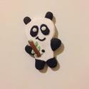 Panda baba hűtőmágnes, Konyhafelszerelés, Hűtőmágnes, Gyurma, Süthető gyurmából készült pandamaci, ami egy bambusz ágat tart. Magassága kb. 4 cm., Meska