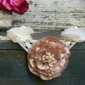 Szépséges vintage nyakék, Ékszer, óra, Esküvő, Nyaklánc, Esküvői ékszer, Ékszerkészítés, Virágkötés, Gyönyörű vintahe nyakék. A középső virág átmérője 10 cm. Aranybarna, ekrü szín összeállítású, szaté..., Meska