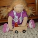 Öltöztető baba, lila ruhás, copfos  (42 cm), Waldorf típusú öltöztető baba, lila pöttyös...